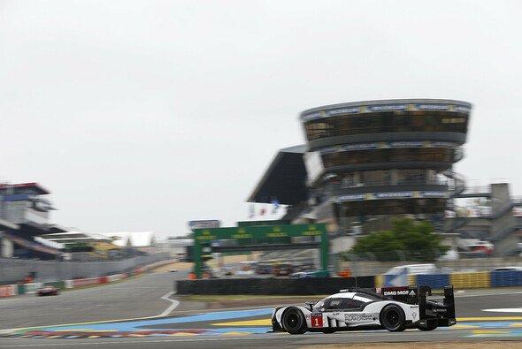 Der Himmel über Le Mans präsentiert sich in der Rennwoche wolkenverhangen - Foto: Porsche
