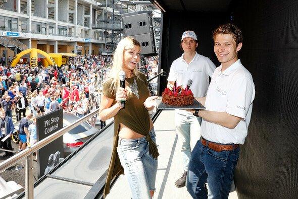 Mercedes-AMG überraschte Sebastian Asch zum 30. Geburtstag mit einer Schokoladentorte - Foto: ADAC GT Masters