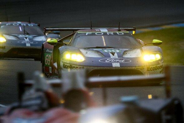 Zwei der vier Ford GT auf der Strecke in Le Mans - Foto: Adrenal Media