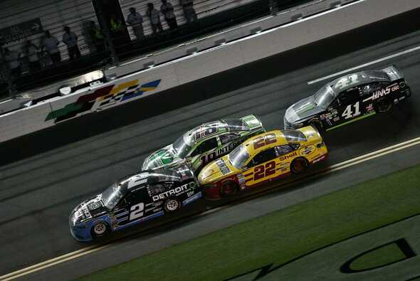 Brad Keselowski führt beim letzten Restart und gewinnt in der Overtime - Foto: NASCAR
