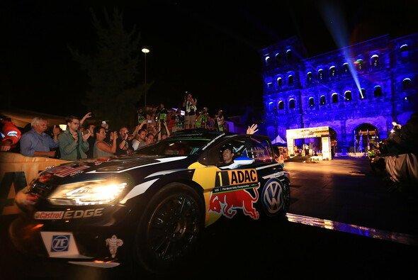 Stimmungsvoller Showstart vor der Porta Nigra - Foto: ADAC Motorsport