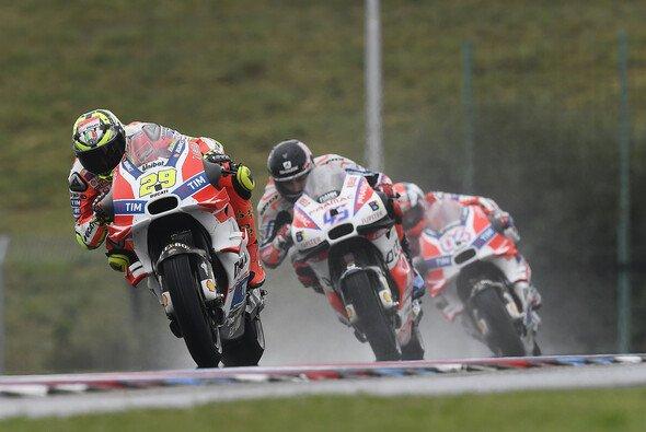 Besonders das Ducati-Trio Iannone, Redding und Dovizioso hatte unter den sich auflösenden Reifen zu leiden - Foto: Ducati