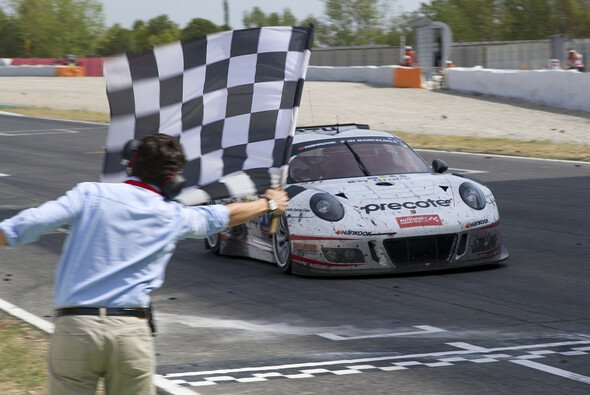 Der Herberth-Porsche bei der Zieldurchfahrt mit Daniel Allemann am Steuer - Foto: Creventic