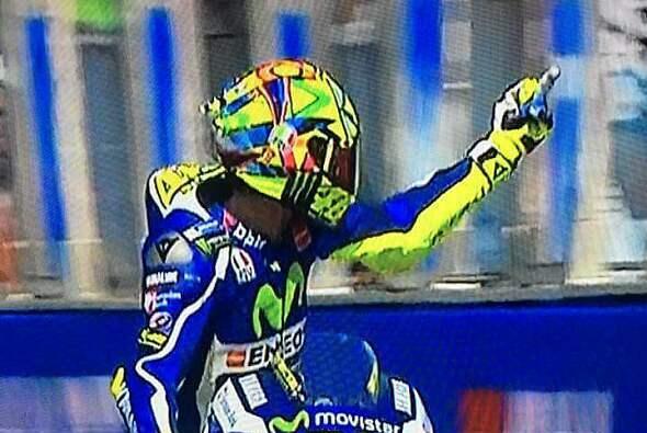 Valentino Rossi packte in Misano am Freitag den Mittelfinger aus - Foto: MotoGP.com/Screenshot