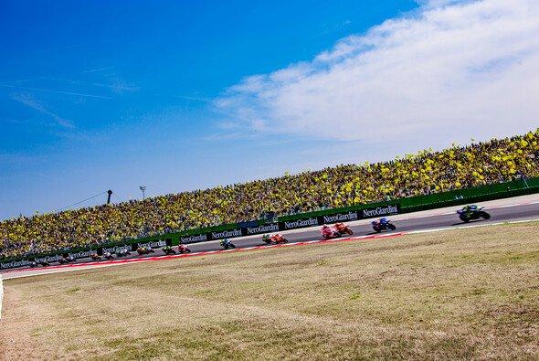 Der Großteil der Fans in Misano feuert jedes Jahr Valentino Rossi an - Foto: LCR