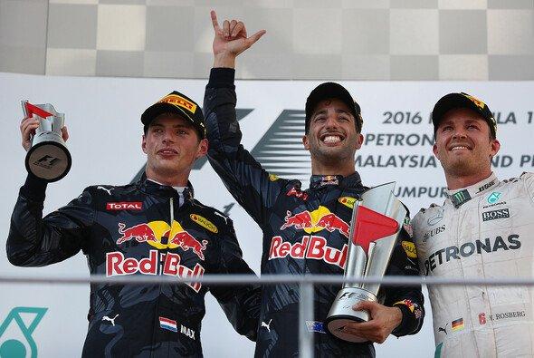 Max Verstappen und Daniel Ricciardo fühlen sich bei Red Bull gut aufgehoben - kein Bullen-Rosberg-Nachfolger - Foto: Red Bull