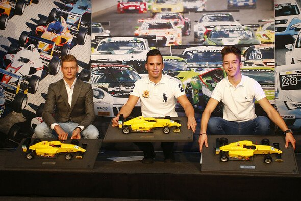 Die Erstplatzierten Mawson (Mitte), Schumacher (li.) und Ortmann mit ihren Trophäen - Foto: ADAC Formel 4