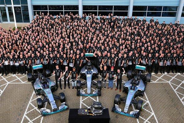 Die Mercedes-Mannschaft feierte in Brackley und in Brixworth den dritten Konstrukteurstitel - Foto: Mercedes-Benz