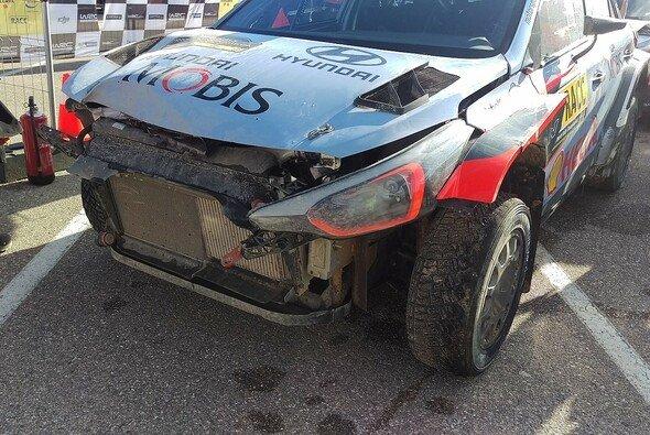 Thierry Neuvilles beschädigter Hyundai bei der Rallye Spanien - Foto: Motorsport-Magazin.com