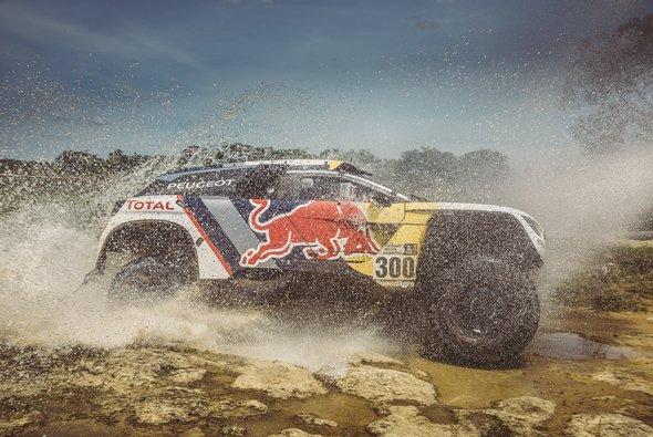 Der Titelverteidiger Stephane Peterhansel gewinnt die umkämpfte dritte Etappe - Foto: Red Bull