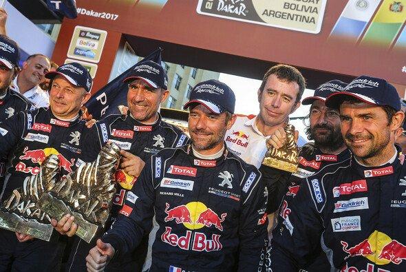 Peterhansel, Loeb und Despres feiern den dreifachen Peugeot-Triumph - Foto: ASO/DPPI