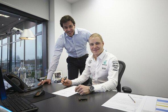 Valtteri Bottas fährt auch in der kommenden Formel-1-Saison für Mercedes - Foto: Mercedes-Benz