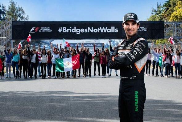 Sergio Perez steht hinter der prominenten Platzierung des Hashtags an der Strecke in Mexiko City - Foto: Mexiko GP