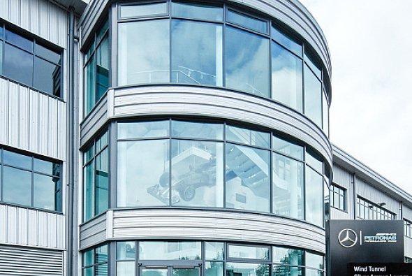 Auch im Mercedes-Werk in Brackley gehen die Tore wieder auf - Foto: Mercedes-AMG
