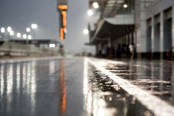 Der Regen in Katar macht der MotoGP einen Strich durch die Rechnung - Foto: KTM