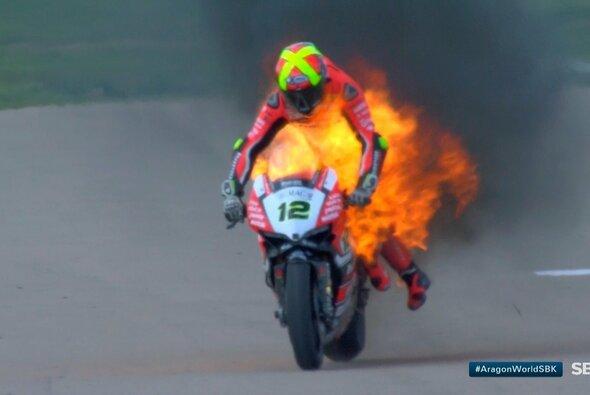 Xavi Fores hielt sich an seiner brennenden Ducati fest - Foto: WSBK Twitter