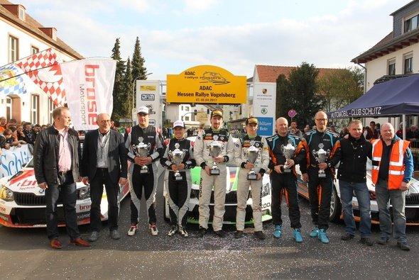 Strahlende Sieger im Ziel der ADAC Hessen Rallye Vogelsberg - Foto: RB Hahn