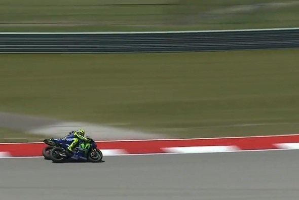 Zarco wollte eine minimale Lücke für ein Überhalmanöver gegen Rossi nützen - Foto: Screenshot