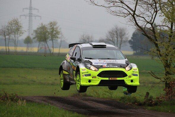 Auf dem Sprung: DRM-Leader René Mandel im Ford Fiesta R5 - Foto: RB Hahn