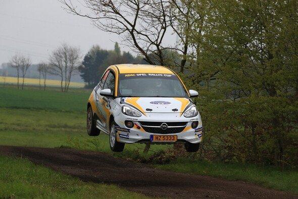 Überflieger: Die jungen Talente aus dem ADAC Opel Rallye Cup wollen stets hoch hinaus - Foto: ADAC Opel Rallye Cup