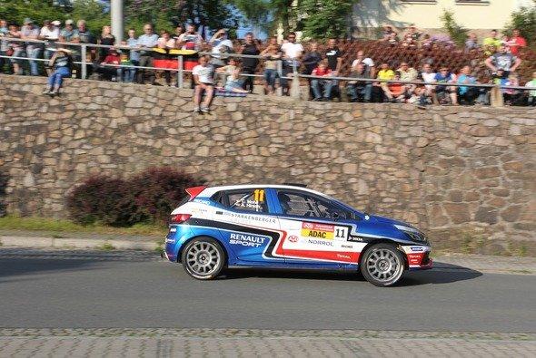 Einer der beiden Führenden im ADAC Rallye Masters: Carsten Mohe im Renault Clio R3T - Foto: RB Hahn
