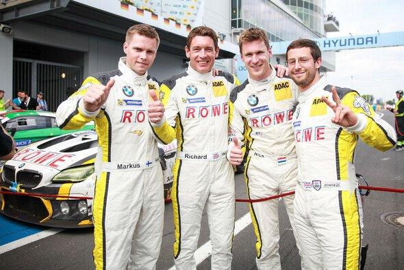 Die Rowe Racing Piloten Markus Palttala, Richard Westbrook, Nick Catsburg und Alexander Sims feiern Rang zwei beim 24h-Rennen auf dem Nürburgring - Foto: 24h Nürburgring