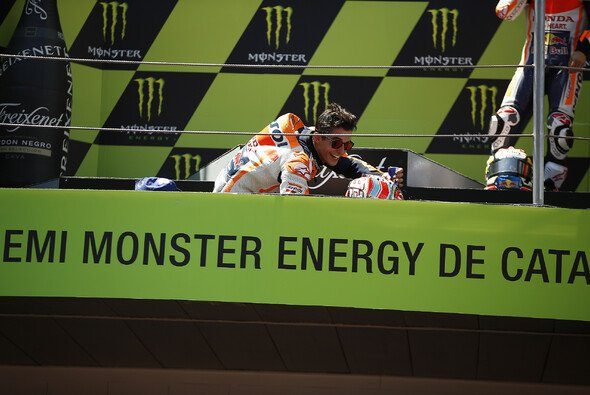 Marc Marquez blieb in Barcelona im Rennen sitzen - auf dem Podium warf er sich wieder hin - Foto: HRC