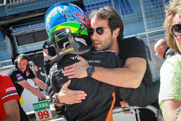 Erfolgsduo: Felipe Nasr umarmt Sieger Felipe Drugovich - Foto: ADAC Formel 4