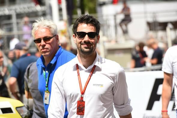 Christian im Formel-1-Fahrerlager - im Maßhemd von MANGAS - Foto: Motorsportpics.de / Jerry Andre