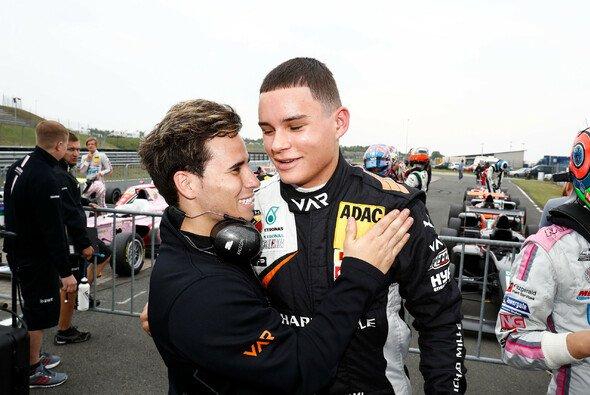 Alte Teamkollegen mit neuen Frisuren: Meister Joey Mawson (l.) mit Kami Laliberté - Foto: ADAC Formel 4