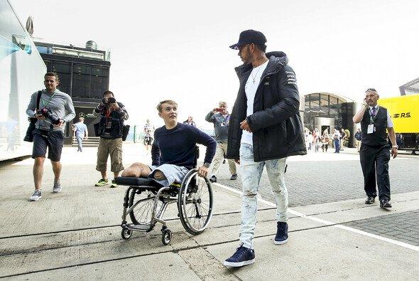 Lewis Hamilton nahm sich in Silverstone Zeit für seinen Gast Billy Monger - Foto: LAT Images