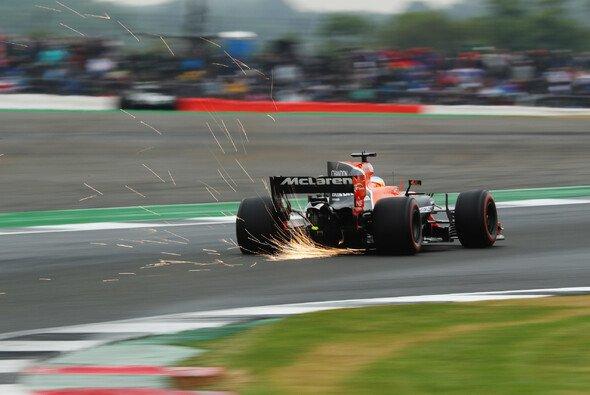 Fernando Alonso sorgt in Silverstone für die erste McLaren-Bestzeit seit 2013 - Foto: LAT Images