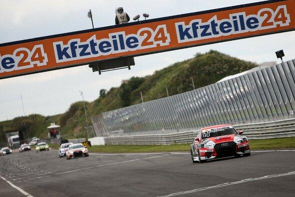 Hinter Langeveld folgen Sheldon van der Linde im Audi und Jason Wolfe im VW - Foto: ADAC TCR Germany