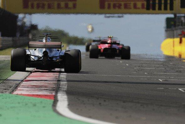 Ferrari ist in Ungarn bei der Reifenwahl kompromissloser als Mercedes unterwegs - Foto: LAT Images