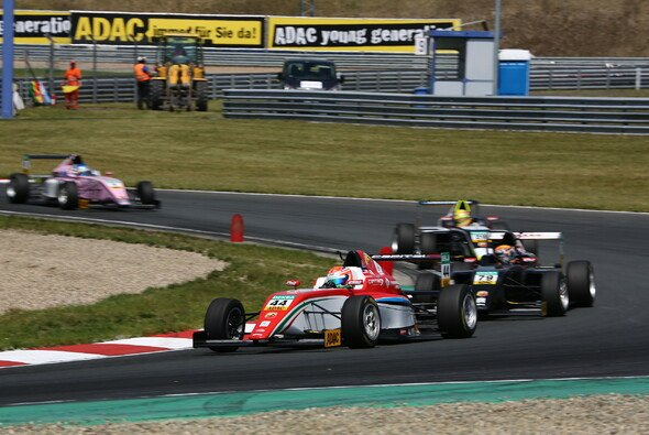 Dank konstanter Leistungen an der Spitze der Gesamtwertung liegt Juri Vips (44) - Foto: ADAC Formel 4