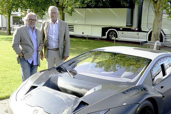 Keke Rosberg und Teamchef Arno Zensen mit dem ersten Lamborghini des Rennstalls - Foto: Team Rosberg