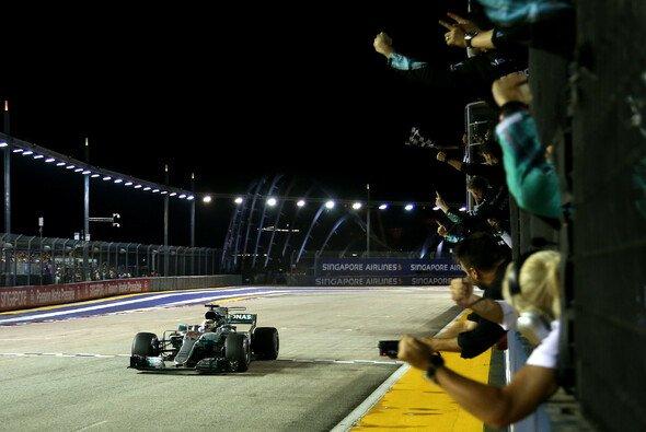 Lewis Hamilton fuhr in Singapur zum Sieg - Foto: Mercedes-Benz