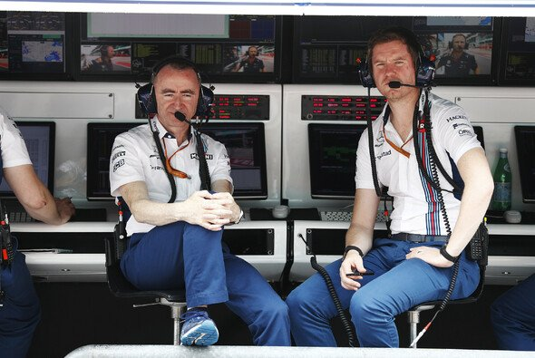 Technischer Direktor Paddy Lowe (links) und Rob Smedley (rechts) am Williams-Kommandostand - Foto: LAT Images
