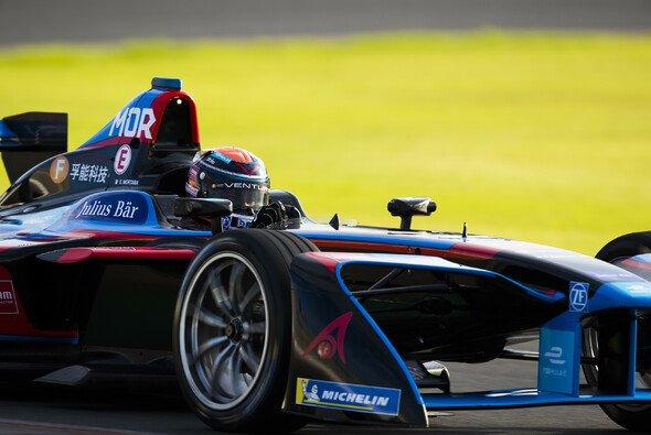 Edoardo Mortara bei den Formel-E-Testfahrten in Valencia unterwegs - Foto: LAT Images