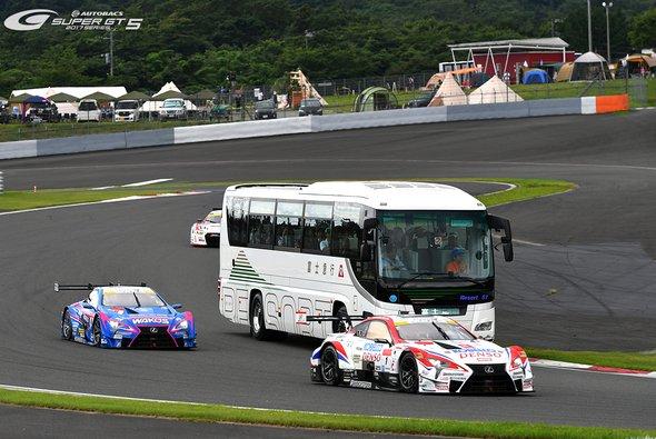 Einsteigen, bitte! Auch beim Dream Race fahren Busse über die Strecke - Foto: Super GT