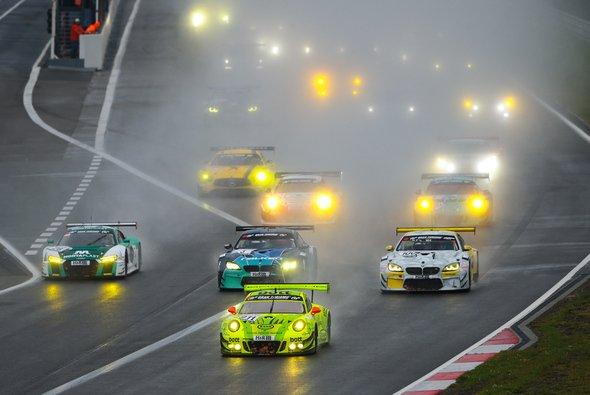 Der Sieg im letzten Saisonrennen der VLN geht an Manthey - Foto: VLN