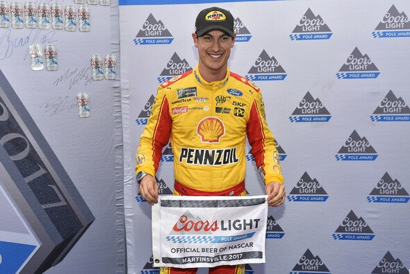 Pole Award für Joey Logano - Foto: LAT Images
