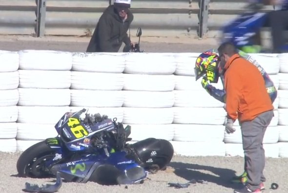 Valentino Rossi vor den Teilen seiner geschrotteten Yamaha - Foto: Screenshot/MotoGP