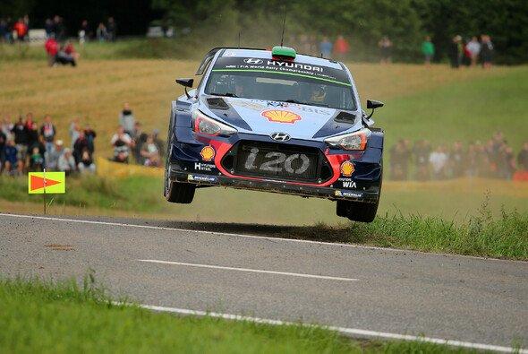 Spektakuläre Action gehört zu den Markenzeichen der ADAC Rallye Deutschland. - Foto: ADAC Rallye Deutschland