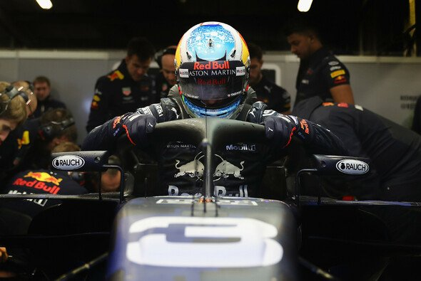 Daniel Ricciardo klettert hinter Halo - Foto: Red Bull