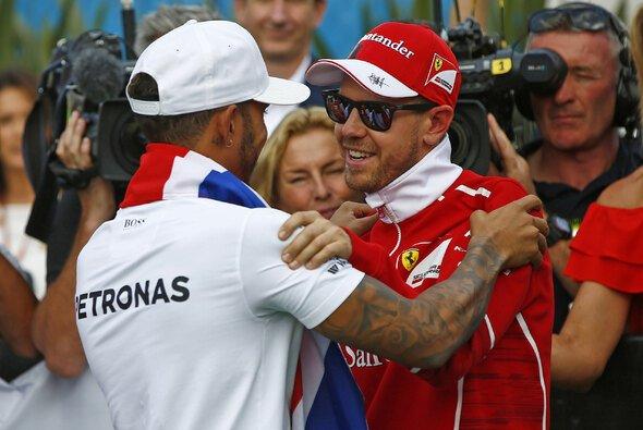 2017 musste Sebastian Vettel Lewis Hamilton zu seinem vierten Formel-1-Titel gratulieren - Foto: LAT Images