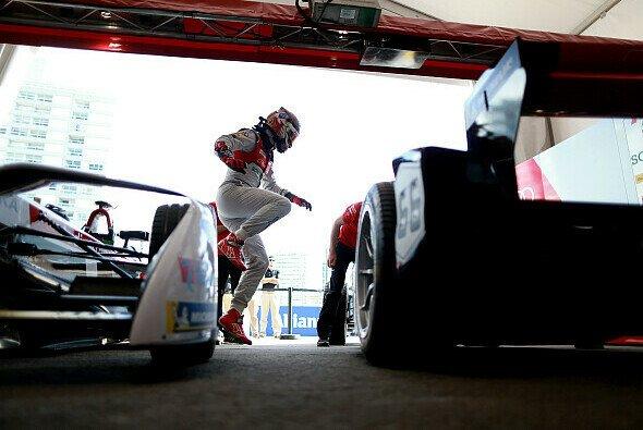 Daniel Abt muss das Rennen in Uruguay wegen einer Gurt-Panne wegwerfen - Foto: Audi Sport