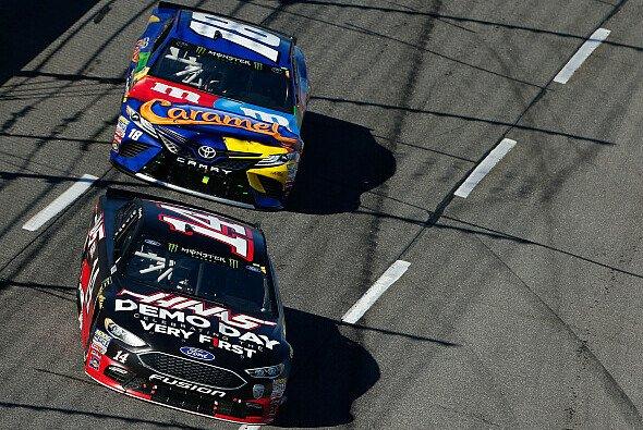 Clint Bowyer gewinnt knapp vor Kyle Busch das Monday-Race in Martinsville - Foto: NASCAR