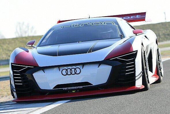 Am Steuer sitzen die ehemalige DTM-Pilotin Rahel Frey oder Le-Mans-Sieger Dindo Capello - Foto: Audi