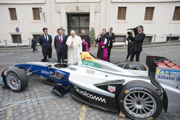 Papst Franziskus segnet die Formel E vor dem Rom ePrix - Foto: Formula E